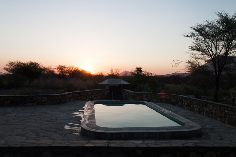 Ameib Ranch | Pool am Abend